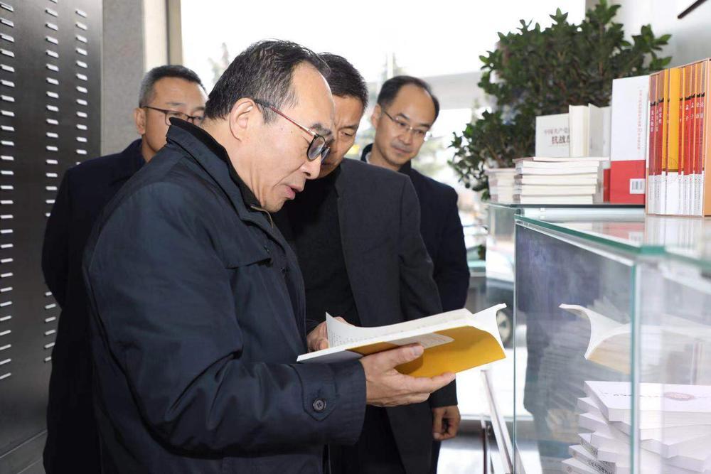 郭义强局长一行参观济南出版社的精品图书2.jpg